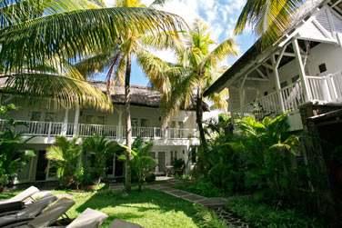 Les chambres Charme sont situées dans d'élégantes petites structures aux toits de chaume donnant sur le jardin