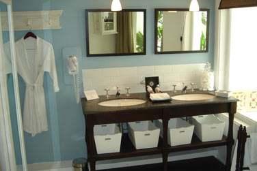 Les salles de bain des chambres Charme sont spacieuses et élégantes