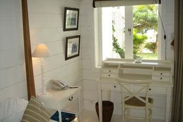 Coin bureau, murs blancs, parquets laqués, tableaux...