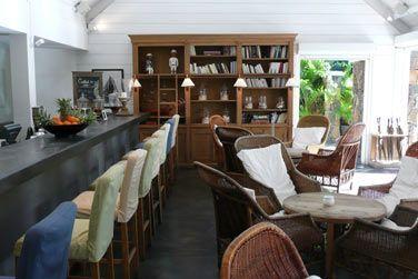 Le bar à l'architecture coloniale se situe en bordure de la piscine