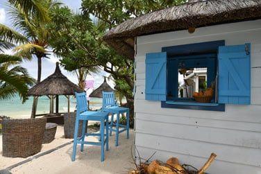 Sirotez une bonne boisson rafraîchissante au bord de la plage..