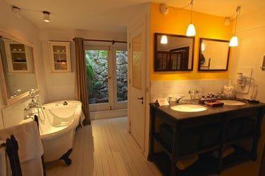 Salle de bain spacieuse et élégante