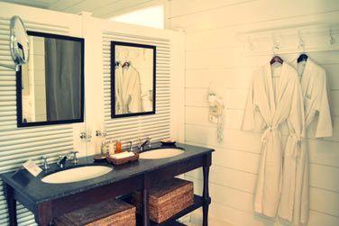 Les salles de bain des chambres front de mer sont spacieuses et très élégantes