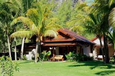 Au bord du lagon turquoise du Morne, les villas de cet hôtel authentiquement mauricien