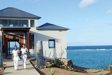 Le Tekoma (vesion Supérieure) se situe en bordure de la magnifique plage d'Anse Ally et en face de la passe de St François