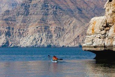 Le kayak est l'un des meilleurs moyens pour explorer la région et les célèbres fjords du Musandam