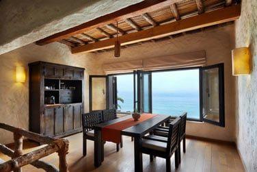 Le coin salle à manger avec vue sur la mer