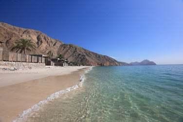 La plage de sable blanc est sauvage et intacte