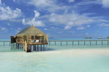 Les villas sur pilotis sont posées sur les eaux turquoise du lagon entourant l'hôtel