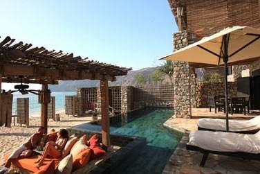 La terrasse et la piscine privée de la 'Zighy Pool Villa Suite' située en front de mer