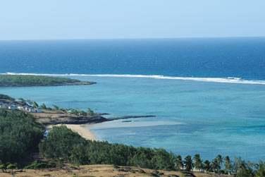 Il est situé dans un environnement sauvage et intacte, face à un immense lagon