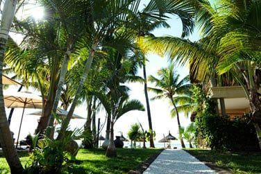 Le jardin tropical mène tout droit à la plage
