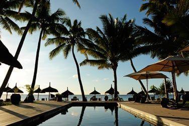 La piscine offre une vue imprenable sur la mer...