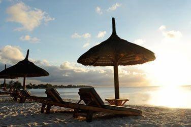 L'hôtel se situe en bordure d'une plage de sable blanc