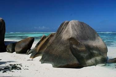 Admirez des paysages typiquement seychellois avec ses gros rochers de granit