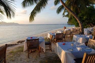 En bord de plage, bénéficiez de la vue sur Praslin à l'horizon