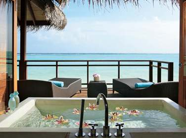 La salle de bain de la Villa Prestige sur Pilotis ouverte sur le lagon turquoise