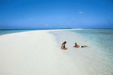 Une île aux longues plages de sable blanc désertes, l'horizon à perte de vue