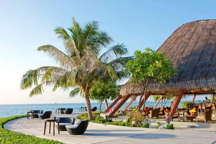 The Island Bar, un bar circulaire, idéalement situé les pieds dans le sable pour admirer les couchers du soleil