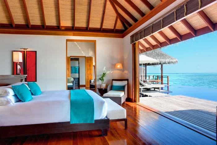Chambre de la Villa Présidentielle ouverte sur la spacieuse terrasse avec piscine privée donnant sur la mer