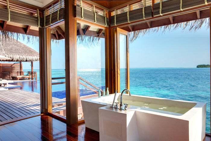 Baignoire ouverte sur la mer dans la villa présidentielle pour profiter d'un panorama excpetionnel