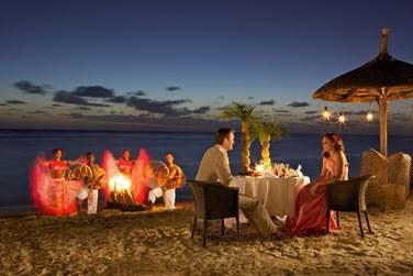 Dîner aux chandelles sur la plage, les jeunes mariés seront comblés