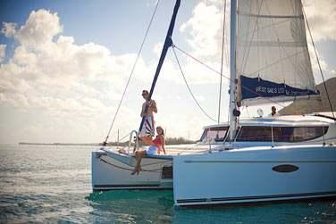 Ou optez pour une petite virée en catamaran sur le fabuleux lagon de la côte ouest