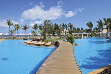 L'hôtel possède une immense piscine