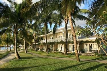 Les chambres sont situées dans de petits pavillons à l'architecture d'antant, disséminés dans les jardins tropicaux