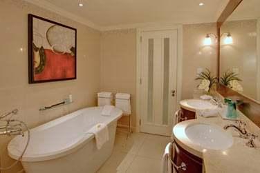 La salle de bain de la Villa Suite avec baignoire et double vasque