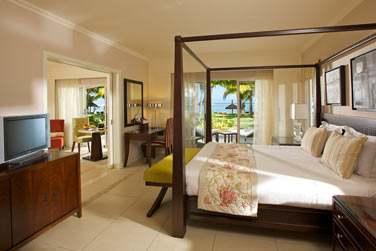 La Villa Suite ouverte sur le jardin tropical face à la mer et son lit à baldaquin. Une atmosphère romantique...