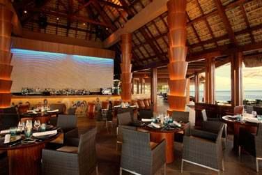A l'intérieur, le bar Tides vous accueille dans une atmosphère très conviviale