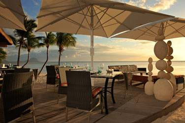Situé à côté de la piscine, le Tides Bar est l'endroit convivial par excellence pour siroter un cocktail face à la mer