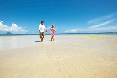 L'hôtel est bordé par une longue et très belle plage de sable blanc : la plage de Flic en Flac