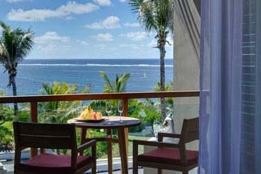 La vue imprenable sur la mer depuis les balcons privés des chambres
