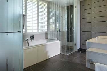 Les salles de bain des chambres au design très contemporain