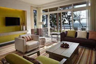 Le coin salon de la Suite Deluxe Front de mer, ouvert sur une terrasse privée