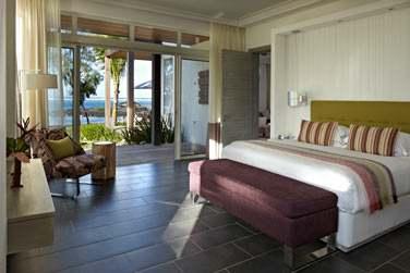 La chambre de la Suite Senior front de mer ouverte sur une terrasse privée face à la mer