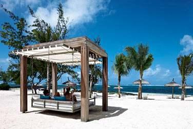 Relaxez-vous sur la plage à l'ombre de lits suspendus... Parfaits pour le farniente