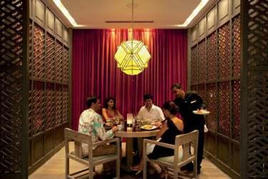 Le Hasu est un restaurant japonais qui offre un espace lounge, un bar à sushis...