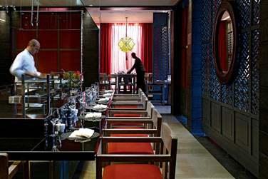 ... Un comptoir à grill et un comptoir Yakitori central.