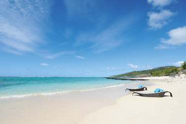Sa situation est exceptionnelle, les pieds dans l'eau, en bordure de la magnifique plage d'Anse Ally
