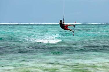 Kitesurf sur les eaux claires du lagon...