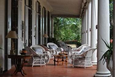 La terrasse de la Demeure Saint Antoine est ouverte sur les jardins verdoyants