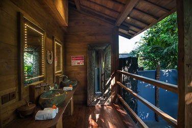 La salle de bains est également ouverte sur l'extérieure.