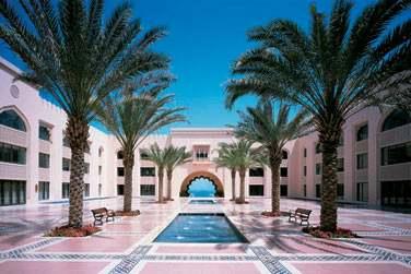 Idéal pour un séjour en amoureux, l'hôtel Al Husn offre un décor de rêve
