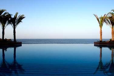 La piscine à débordement, réservée uniquement aux résidents de l'hôtel vous promet calme et volupté