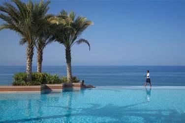 La piscine de l'hôtel Al Husn offre une vue splendide et dégagée sur le golfe d'Oman
