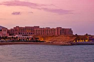 Le complexe s'étend le long d'une plage longue d'1 km jusqu'à l'hôtel Al Husn, qui domine du haut d'une falaise