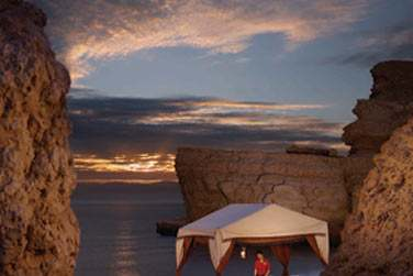 Pavillon de massage dans un coin isolé de la plage pour un massage en plein air face à la mer
